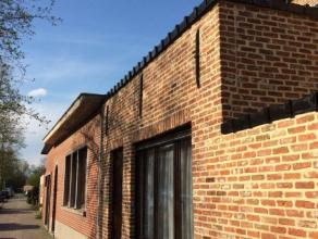 Intapklare woning met zeer gunstige ligging te Dendermonde. Indeling: inkom, salon - living met veel lichtinval, terras/koer, ingerichte keuken, badka