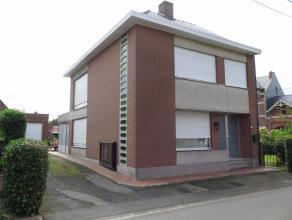 Ruime, uitstekend gelegen half open bebouwing te Oudegem. Deze zeer solide woning is gelegen in een rustige straat kort bij het centrum en heeft de vo
