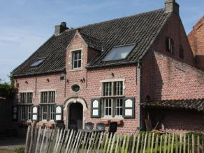 Karaktervolle landelijk gelegen woning met authentieke elementen te Hamme. Deze prachtwoning werd gebouwd naar het voorbeeld van een Bokrijkse hoeve.