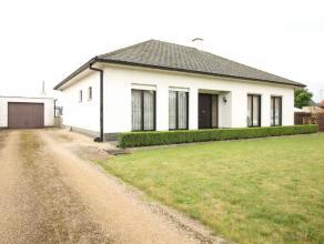 Deze prachtige open bebouwing type bungalow op perceel van 1182 m2 heeft een ruime voor- en achtertuin met grote oprit en aparte garage. De woning bie