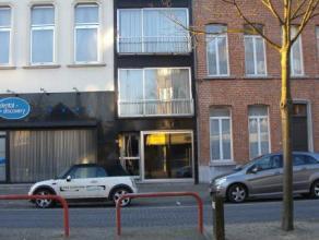 Dit knus appartement op de 3de verdieping is bijzonder goed gelegen : nabij scholen en winkels en op wandelafstand van Grote Markt en station. In de g