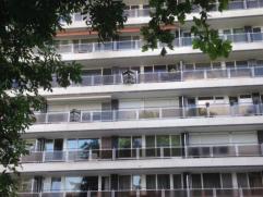 Dit ruime twee slaapkamer appartement bevindt zich in de directe omgeving van het koopcentrum en dicht bij het oprittencomplex van de E17.  Ideaal ges