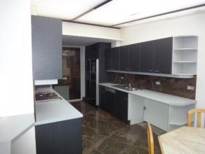 Dit zeer ruime appartement , centraal gelegen op de markt in Zelzate biedt alle comfort en ruimte voor een zeer luxueus leven.Op de eerste verdieping
