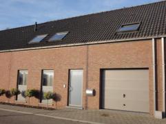 Ruime recente woning met zonnig terras & tuintje. Indeling : inkom, wc, ruime lichtvolle woonkamer, ingerichte open keuken, wasplaats & garage