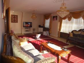 Zeer ruim met herenhuis allures appartement met terras, gelegen in centrum. Dit appartement biedt een héél grote lichtvolle woonkamer (4