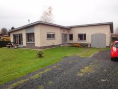 Te renoveren bungalow met 5 slaapkamers op 1800 m² grond. Ideaal voor een groot gezin en/of paardenliefhebbers. Het pand biedt uitzicht op heel v