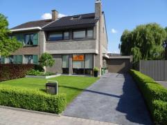 Deze mooie halfopen bebouwing ligt aan de stadsrand van Sint-Niklaas op een perceel van 322 m². De zuidgerichte tuin met gezellige loungehoek, de