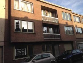Dit appartement in een klein gebouw situeert zich op wandelafstand van het station en is bijgevolg zeer centraal gelegen en toch in een rustige straat