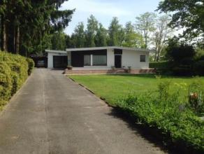 Deze degelijke en lichtvolle bungalow op een perceel van 1219 m² is gelegen in een oase van groen en biedt U 3 slaapkamers en bureau of speelkame
