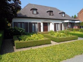 Klassieke, goed onderhouden instapklare villa in landelijke omgeving buiten het centrum van Temse. Snelle toegang tot N16 en E17. Bushalte op 80 meter