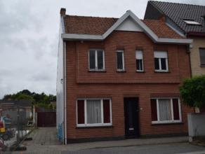 Volledig te renoveren woning op een perceel van 345 m² met aparte garage en tuin. Bovendien biedt dit pand 3 slaapkamers op de eerste verdieping.