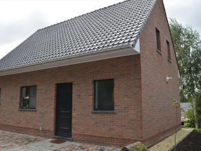 Deze recent opgerichte woning is een bezoek waard. Mooie living met open keuken van +- 35 m², moderne badkamer, twee slaapkamers op de bovenverdi