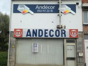Nabij centrum van Hamme hebben wij deze voormalige handelszaak/magazijn te koop. Totale grondoppervlakte 540 m² volgens kadaster. Zij-oprit naar