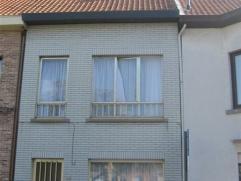 Gezellige woning met tuin gelegen aan een mooi pleintje in Sint-Niklaas. De woning bestaat uit een living, een ingerichte keuken, een badkamer met lig