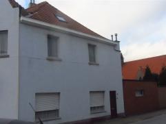 Deze hoekwoning in de stadsrand van Sint-Niklaas met grote tuin en garage biedt veel mogelijkheden! Ze bestaat uit een ruime living, een badkamer en k