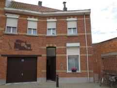 Goed gelegen, op te frissen woning in een doodlopend straatje in centrum Sint-Niklaas. De woning bestaat uit een living met aangrenzende keuken, een b