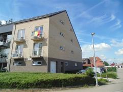 Recent appartement in een rustige woonwijk vlakbij het Waasland Shopping Center. Het bestaat uit een leefruimte met open keuken, een badkamer met douc