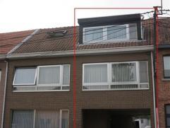 Gezellige woning met tuin in de stadsrand van Sint-Niklaas. Via de inkomhal op het gelijkvloers komt u in de leefruimte op de eerste verdieping met mo