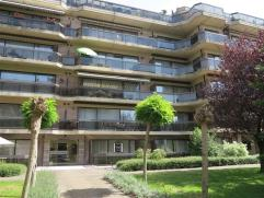 Mooi gelijkvloers appartement met groot terras in een rustige omgeving. Het appartement bestaat uit een inkomhal, een ruime living, een nieuwe ingeric
