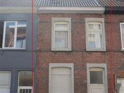 Gezellige, instapklare gezinswoning in centrum Sint-Niklaas. De woning bestaat uit een inkomhal met bureau (of fietsenberging), een leefruimte met vee