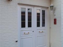 Volledig gerenoveerd, ruim appartement in de stadsrand van Sint-Niklaas. Het bestaat uit een inkomhal, een ruime woonkamer met open keuken voorzien va