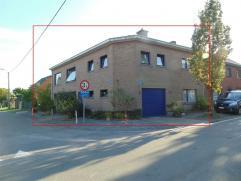 Ruime gezinswoning met tuin en 2 garages op de grens van Temse met Sint-Niklaas. De gelijkvloerse verdieping bestaat uit een inkomhal, 3 grote slaapka
