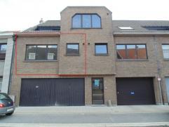 Verzorgd appartement met garage op wandelafstand van het station. Het appartement bestaat uit een inkomhal, een living met ingerichte open keuken, een