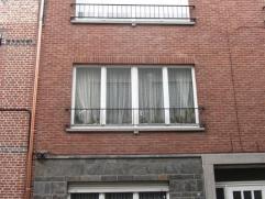 Gelijkvloers appartement met 2 slaapkamers en koer nabij Grote Markt van Sint-Niklaas. Het appartement bestaat uit een inkomhal, een living, een inger