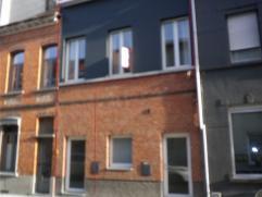 Mooi verzorgd duplex in hartje Sint-Niklaas (nabij Station, markt,...) met volgende indeling: Inkomhal met ruimte voor was-droogautomaat. Verdiep 1: K