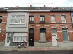 Gezellige woning met tuin in centrum Sint-Niklaas. De woning bestaat uit een mooie leefruimte met open keuken, een badkamer met douche, 2 slaapkamers,