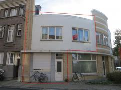 Charmante woning op wandelafstand van de Grote Markt te Sint-Niklaas. De gelijkvloerse verdieping bestaat uit een inkomhal, een leefruimte met eetplaa