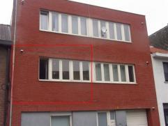 Gezellig appartement op de eerste verdieping in centrum Sint-Niklaas, vlakbij AZ Nikolaas. Het bestaat uit een leefruimte met open keuken, een badkame