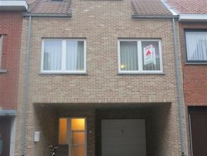Recente, ruime gezinswoning type bel-etage in centrum Sint-Niklaas. De woning bestaat uit een inkomhal met gastentoilet, een carport, een brede garage