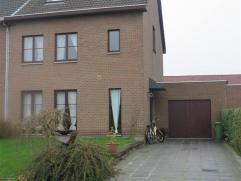 Ruime halfopen bebouwing met tuin en garage in een zeer rustige, mooie woonwijk te centrum Sint-Niklaas. De woning bestaat uit een inkomhal met gasten