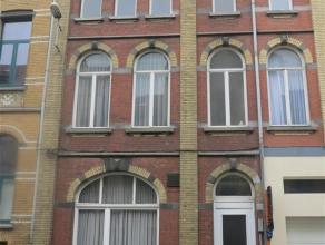 Gezellig vernieuwd herenhuis in het centrum van Sint-Niklaas. De woning bestaat uit een inkomhal, een living, een ingerichte keuken en badkamer, 5 sla
