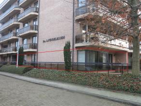 Zeer ruim gelijkvloers appartement gelegen in een rustige woonomgeving met veel groen in centrum Sint-Niklaas. Het appartement bestaat uit een ruime i