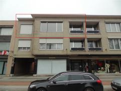 Appartement met garage vlakbij de markt van Beveren. Het appartement bestaat uit een inkomhal, een living, een ingerichte keuken en badkamer, 2 slaapk