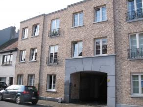 Ruim prachtig gelijkvloers appartement met terras en tuin. Het appartement bestaat uit een inkomhal, een ruime living, een open ingerichte keuken, een