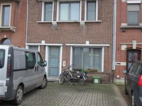 Ruime, zeer goed onderhouden gezinswoning in centrum Sint-Niklaas, vlakbij Waasland Shopping Center, E17 en het stadscentrum, op een perceel van 486 m