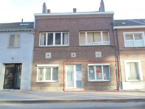 Mooi, instapklaar gelijkvloers appartement met 2 slaapkamers en terras, gelegen in het centrum van Sint-Niklaas. Het appartement bestaat uit een gemee