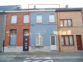 Ruime, gerenoveerde woning met terras in centrum Sint-Niklaas. De woning bestaat uit een inkomhal met aangrenzende, ruime berging, een leefruimte met