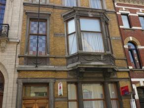 Prachtig, uniek herenhuis met authentieke elementen in centrum Sint-Niklaas vlakbij het gezellige Regentieplein. De woning bestaat uit 3 verdiepingen