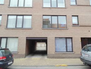 Gezellig gelijkvloers appartement met garage en tuintje. Bestaande uit een inkomhal, een leefruimte met open ingerichte keuken, een ingerichte badkame