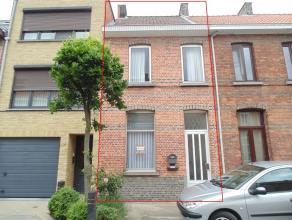 Goed gelegen, op te frissen woning met grote tuin. De gelijkvloerse verdieping omvat een hal, een leefruimte, een keukenruimte, een badkamer met zitba