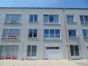 Vernieuwde bel-étage met 2 slaapkamers nabij treinstation van Sint-Niklaas. Op het gelijkvloers is er een inkomhal, een afz. WC, een garage met