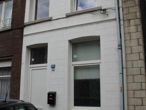 Deels gerenoveerde woning met terras in centrum Temse. De woning omvat een inkomhal met fietsenberging, een leefruimte met aangrenzende keuken, een ba