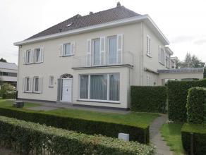 Zeer ruime, statige woning in een rustige woonomgeving in de stadsrand van Sint-Niklaas. De gelijkvloerse verdieping omvat een mooie inkomhal met gast