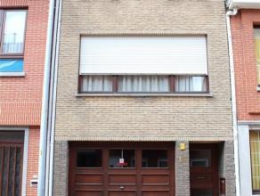 Gemeubeld, gelijkvloers appartement met tuintje. Het appartement bestaat uit een inkomhal, een leefruimte, een ingerichte keuken, een ingerichte badka