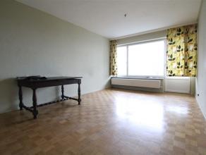 Dit appartement met terras is vlakbij de E17 gelegen en op wandelafstand van het Waasland Shopping Center en openbaar vervoer. De inkomhal met vestiai
