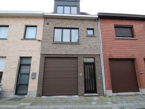 Opgefriste, energiezuinige woning met tuin en grote garage in centrum Sint-Niklaas. De woning omvat een inkomhal, een grote garage, een leefruimte, ee